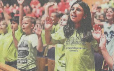 Tausende Kinder singen zusammen in der Tonhalle